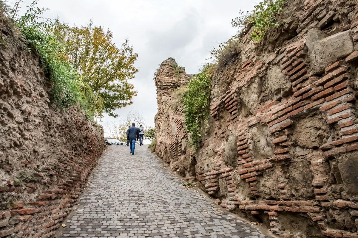 Крутой подъем к храму крепости Нарикала вымощен каменными кубиками, стены выглядят гораздо более пострадавшими, неизвестно от чего.