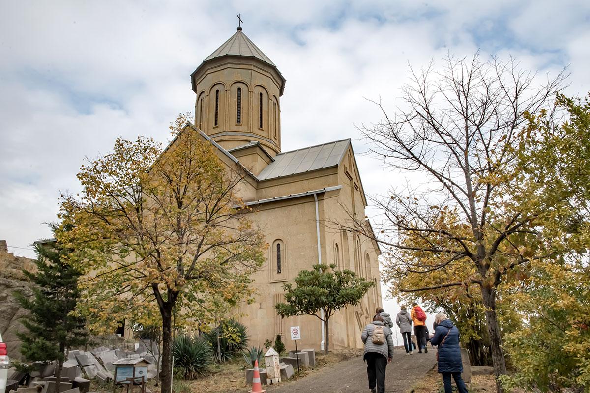 Восстановленный от фундамента храм Святого Николая в крепости Нарикала – самый привлекательный объект, тем более что он действующий.
