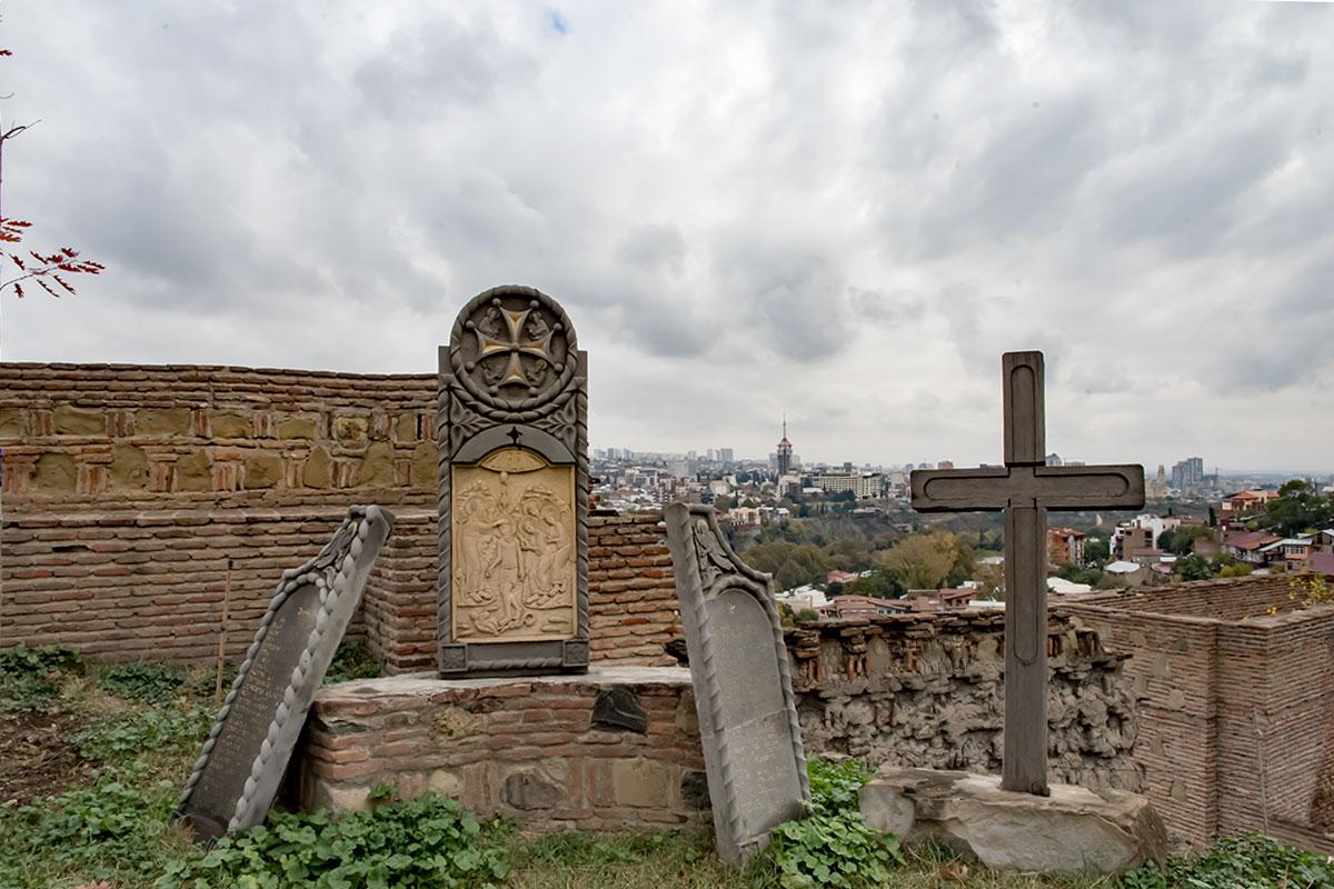 Почему каменная икона с искусной резьбой оказалась на задворках храма в крепости Нарикала, выяснить оказалось не у кого, а внутрь не попали.