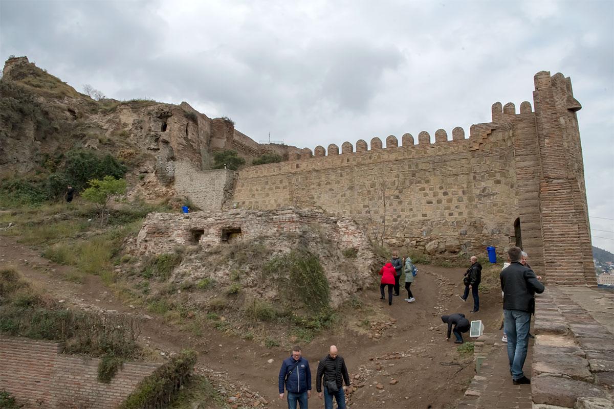 Зубчатая стена внутри крепости Нарикала выглядит непохожей на древнюю, это наверняка результат работы реставраторов.