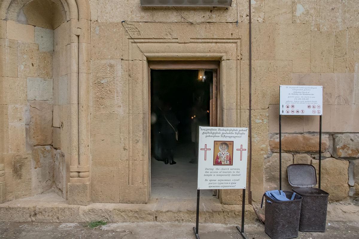 Объявление и правила посещения туристами в храме крепости Нарикала выполнены на трех языках, и третий – не китайский, а русский.