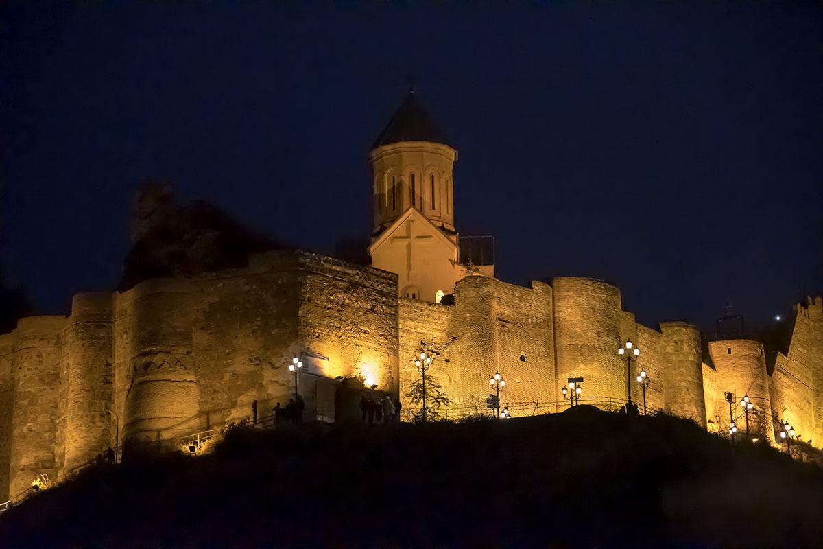 Как многие другие объекты в Тбилиси, крепость Нарикала при наступлении сумерек освещается многочисленными прожекторами, расставленными на территории.