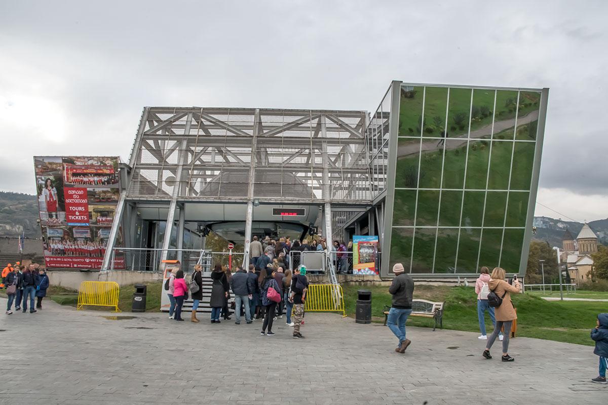 Подобным образом в вечернем Тбилиси иллюминированы многие здания и сооружения, Мост Мира даже проектировался с этим расчетом. Однако благодаря своему высотному превосходству и полному доминированию над Старым городом крепость Нарикала выглядит эффектнее. Приезжайте в Тбилиси не на один день, сможете убедиться в правоте сказанного своими глазами. Город богат историческими и художественными памятниками, в обзоре упомянута только малая их часть. Гостеприимство и дружелюбие грузинского народа никуда не испарилось, конфликт 2008 года ушел в прошлое. Перевешивает осознание общности прошлого, более чем векового сотрудничества, взаимопроникновения культур и экономик, людские симпатии.