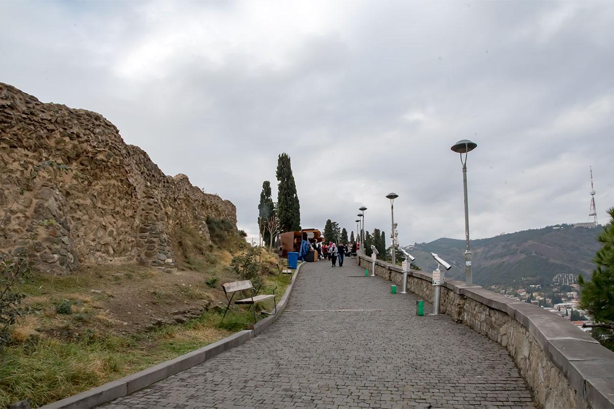 Смотровая площадка возле крепости Нарикала оборудована наблюдательной оптикой, работа начинается от сигнала упавшей монеты в приемник денег.