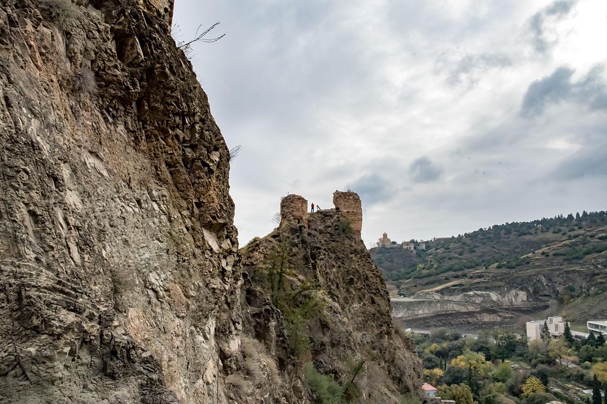 Головокружительные подъемы некоторых восходителей заставляют волноваться многих посетителей крепости Нарикала, непривычных к высоте.