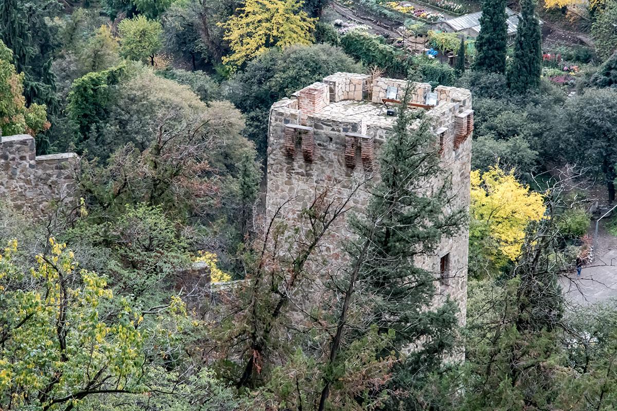 Крепость Нарикала демонстрирует посетителям не только собственные стены и башни, но и многие достопримечательности вокруг, в частности, Ботанический сад.