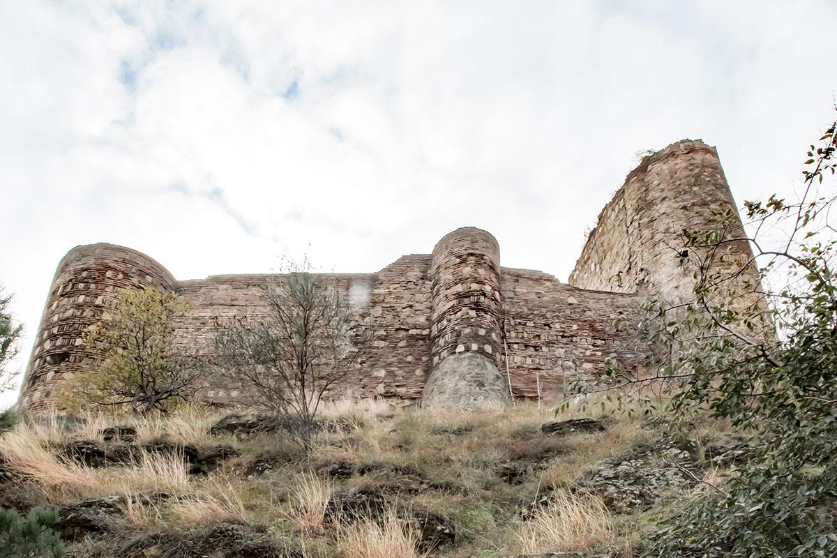 Со смотровой площадки вышележащие сооружения крепости Нарикала выглядят величественно, несмотря на имеющиеся многочисленные повреждения.