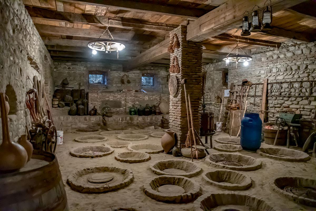 Среди многочисленных экспонатов винного музея Нумиси главными являются традиционные чаны для брожения, называемые квеври.
