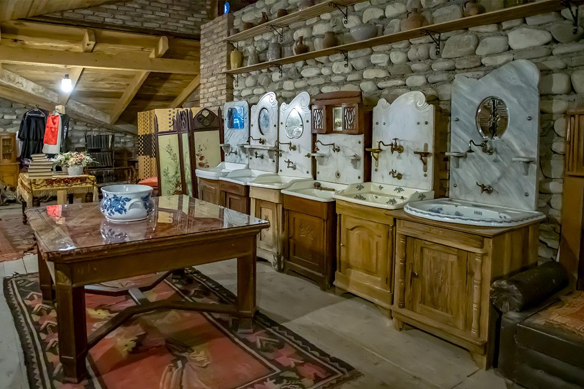 Многие старинные предметы меблировки демонстрирует музей Нумиси, в их числе целая коллекция умывальников, столы и ширмы.