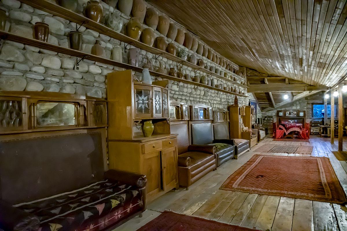 Диваны и шкафы прошлого и позапрошлого веков музей Нумиси демонстрирует наряду с оборудованием виноделия и другими редкостями.