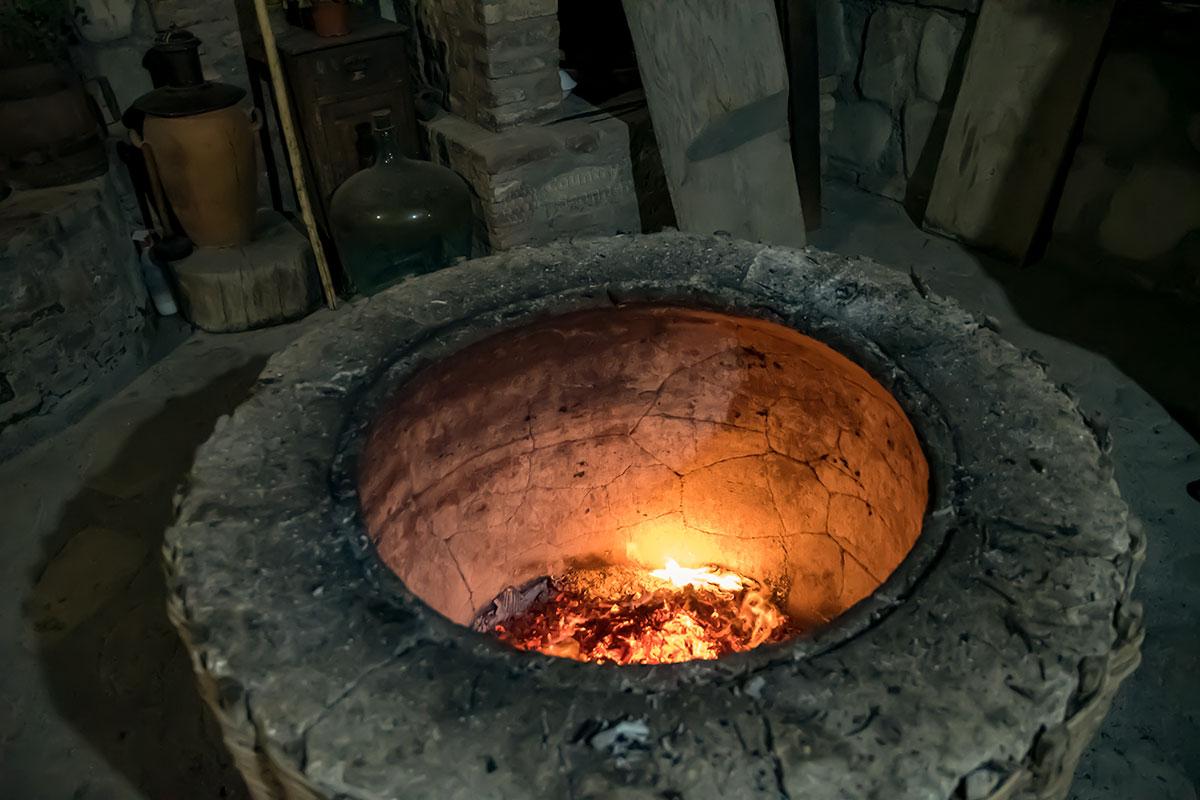 Национальный уличный очаг, грузинскую печь тонэ, в музее Нумиси разжигают не ради освещения, здесь готовят вкуснейшие блюда.
