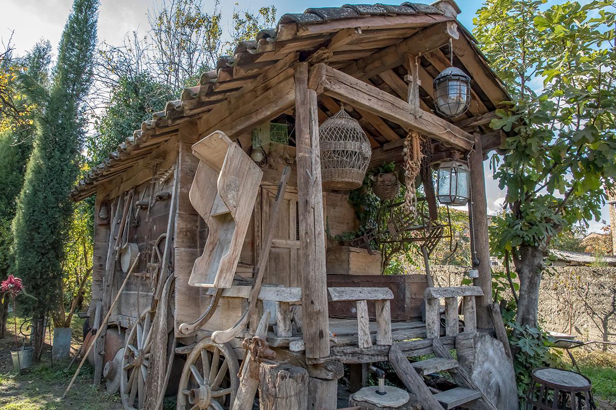 Кроме просторного каменного дома с подвалом и виноградника, музей Нумиси показывает и надворные постройки, в том числе этот сарай.