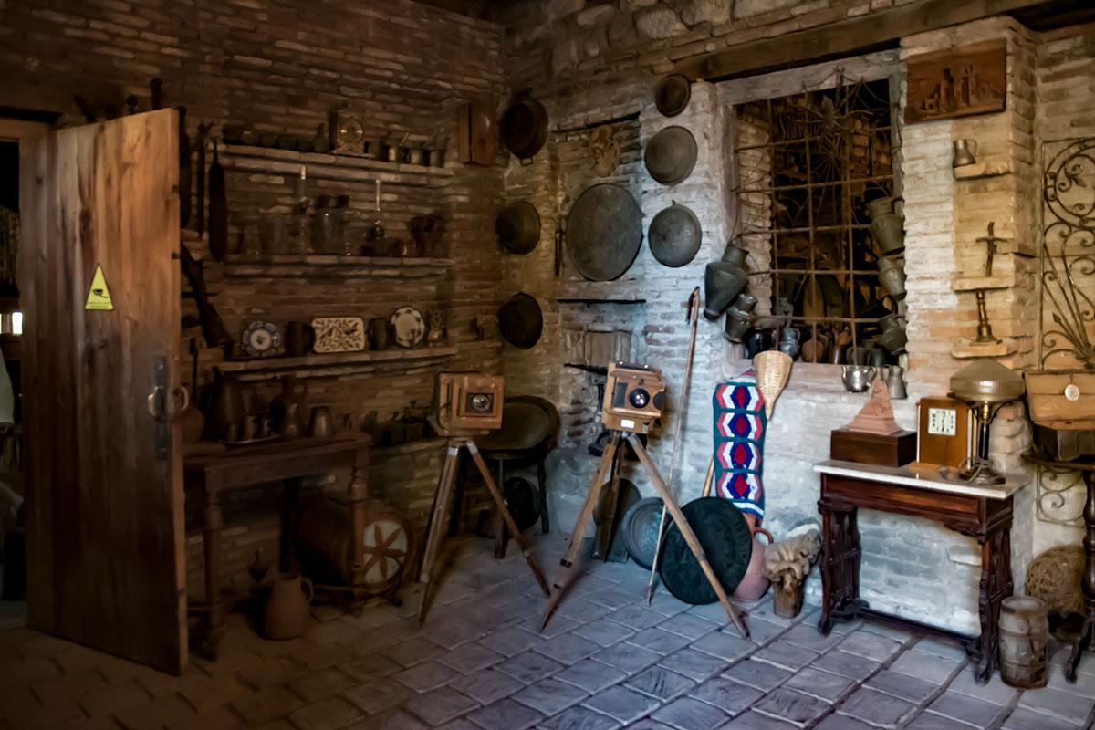 Прихожая каменного дома, где располагается музей Нумиси, превращена в выставочную площадь без витрин и стендов.