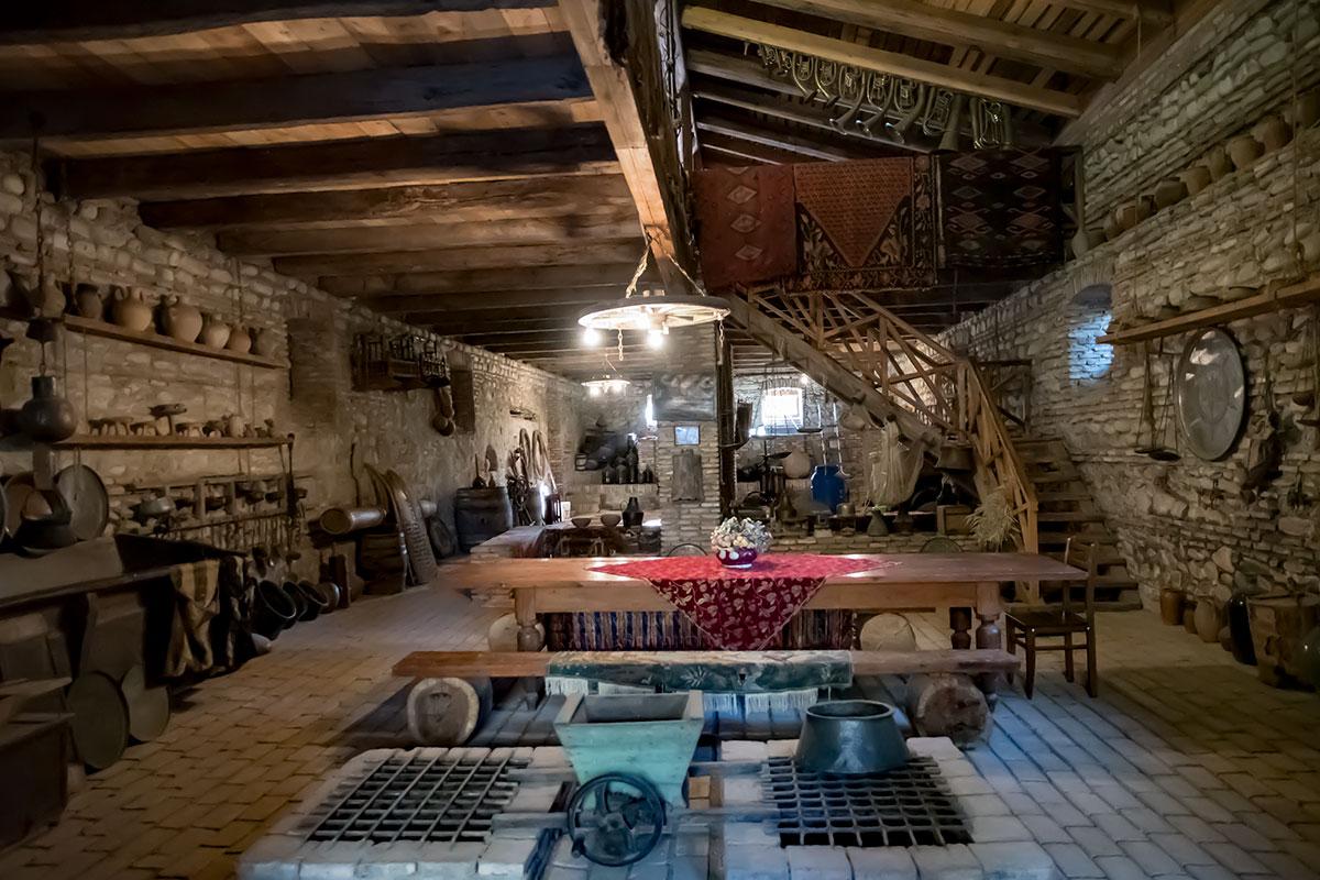 Средний ярус здания музея Нумиси демонстрирует и приспособления для подготовки винограда к переработке, и старинную утварь и мебель.