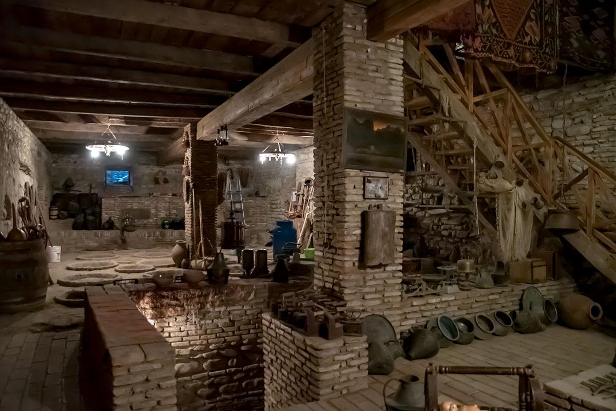 На ограждении спуска в подвальные помещения дома музей Нумиси показывает старые медные емкости, угольные утюги и много чего еще.