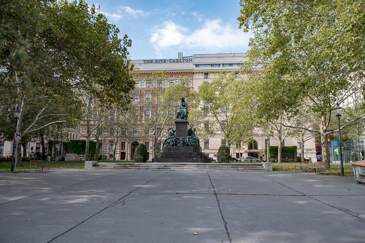 Памятник Бетховену в Вене, расположенный на небольшой площади его имени, признается одним из лучших среди его многочисленных изображений.
