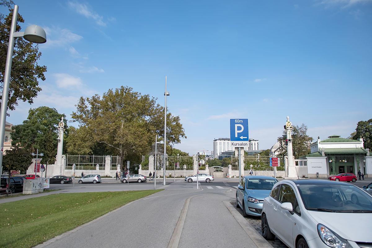 Венский Штадтпарк, с его собранием монументов знаменитостям, расположен всего в 150 метрах восточнее памятника Бетховену в Вене.