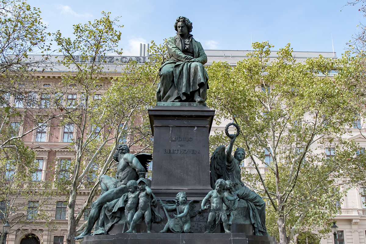 Глубоко символичны декоративные скульптуры памятника Бетховену в Вене, изображающие титана Прометея, богиню Победы крылатую Нику и 9 ангелочков.