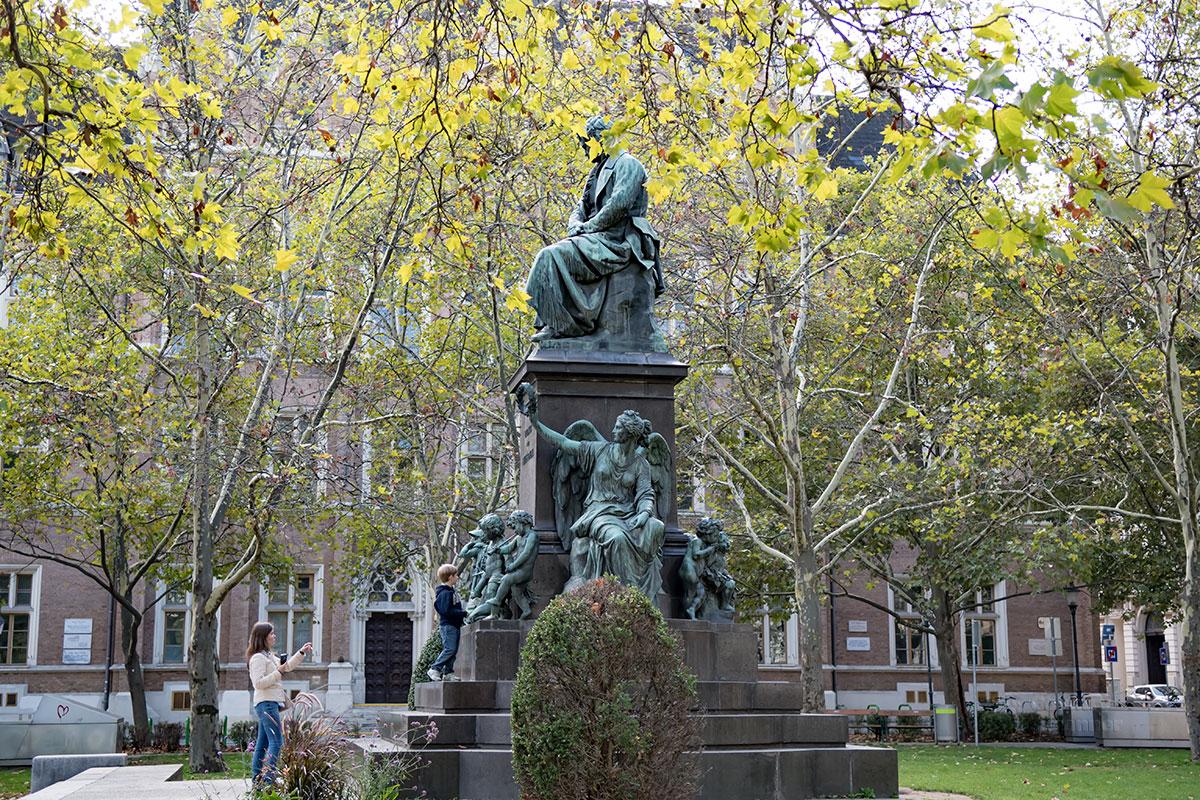 Показанный в профиль с правой стороны, памятник Бетховену в Вене привлекает повышенное внимание любителей фото на фоне достопримечательностей.