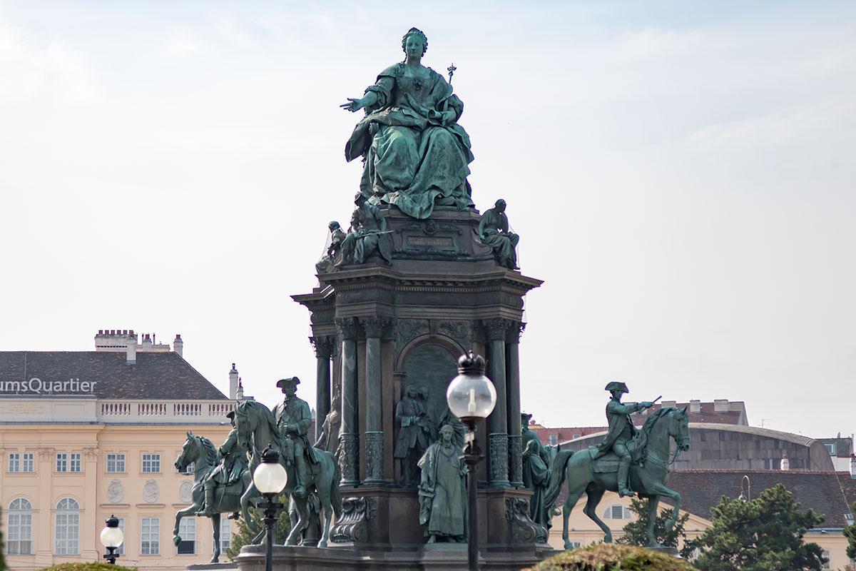 Архитектурное и изобразительное решения памятника Марии Терезии обеспечивают монументу и представительскую ценность, и декоративность одновременно.