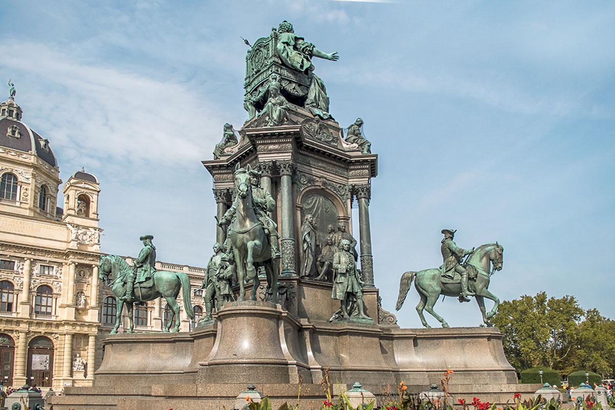 Оригинальность постамента, расположение фигур и умелое декорирование делают памятник Марии Терезии привлекательным с любой точки осмотра.