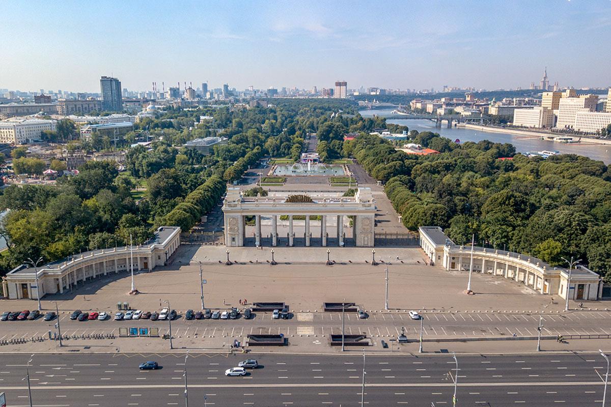 Московский Парк Горького, унаследовавший растительность нескольких дворянских усадеб и сооружения советской выставки, меняется и хорошеет с каждым сезоном.