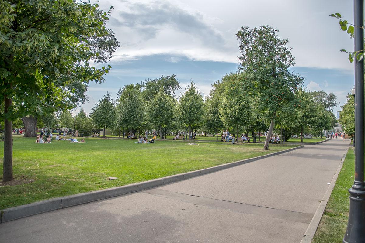 Обширная озелененная территория Парка Горького привлекает множество отдыхающих, постоянно заняты скамейки, многие располагаются на траве.