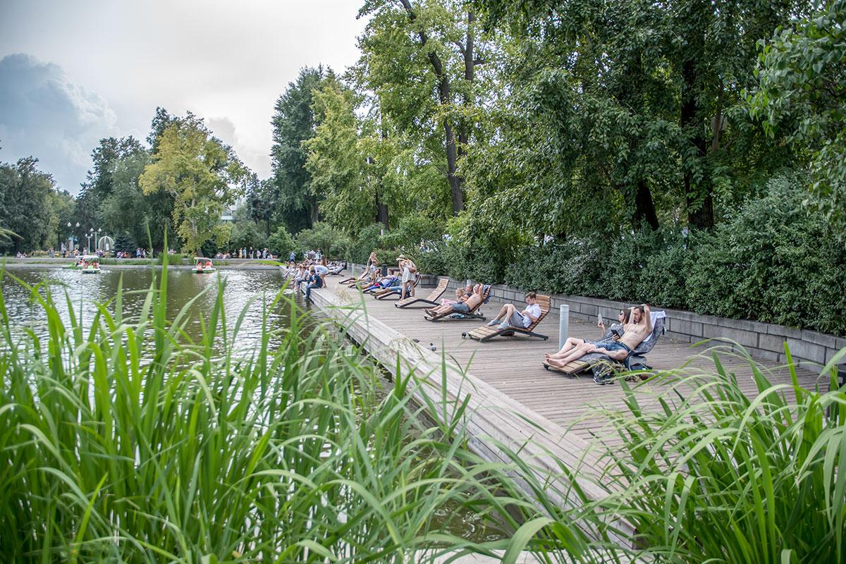 Деревянная набережная на Голицынском пруду с удобными шезлонгами и прекрасными видами – одно из лучших мест отдыха в Парке Горького.