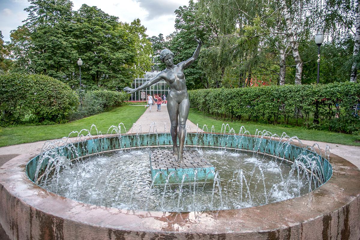 Удивительно, но факт: скульптура обнаженной спортсменки стоит в Парке Горького с 1937 года, вопреки многочисленным периодам строгой нравственности.
