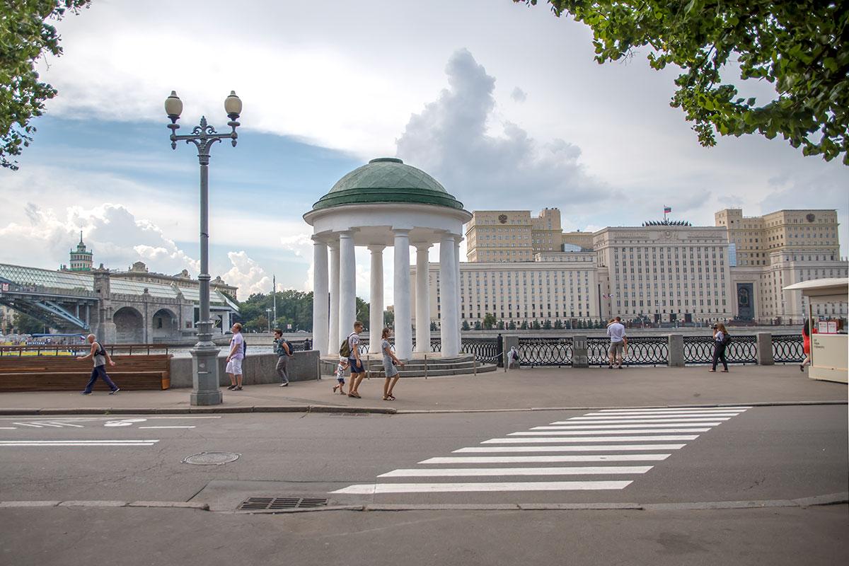 Вдоль территории Парка Горького тянется Пушкинская набережная, здесь приметны ротонды авторства Матвея Казакова и здание Министерства обороны.