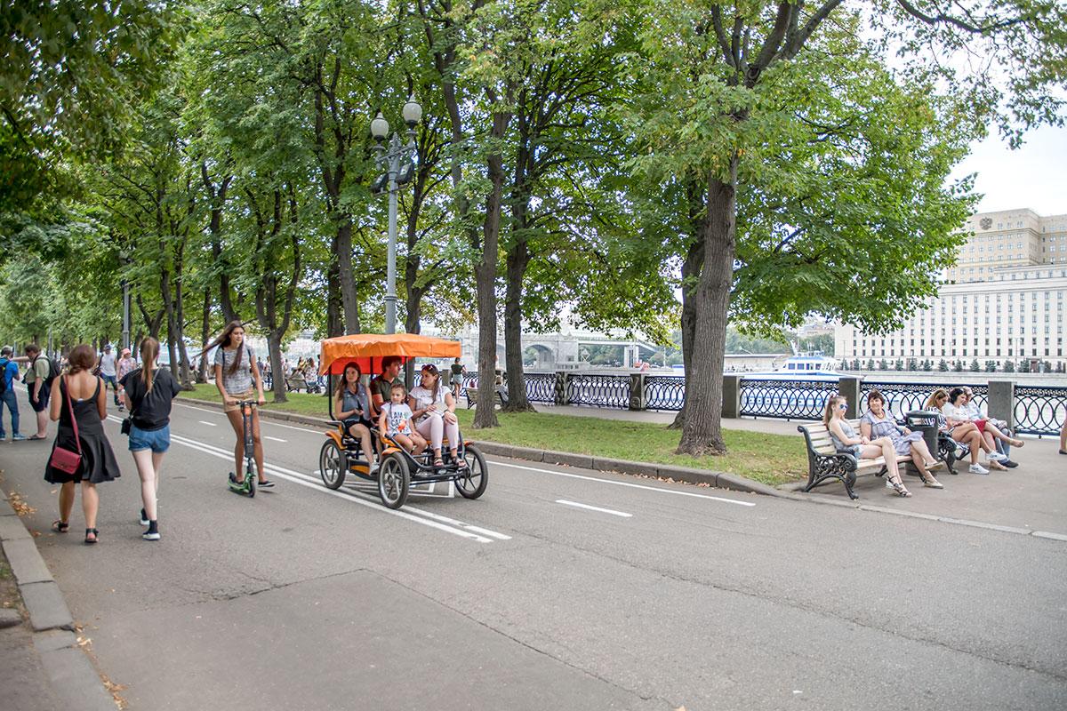 Пушкинская набережная на территории Парка Горького имеет дорожную разметку, но перемещаются по ней только туристические машинки и самокаты.