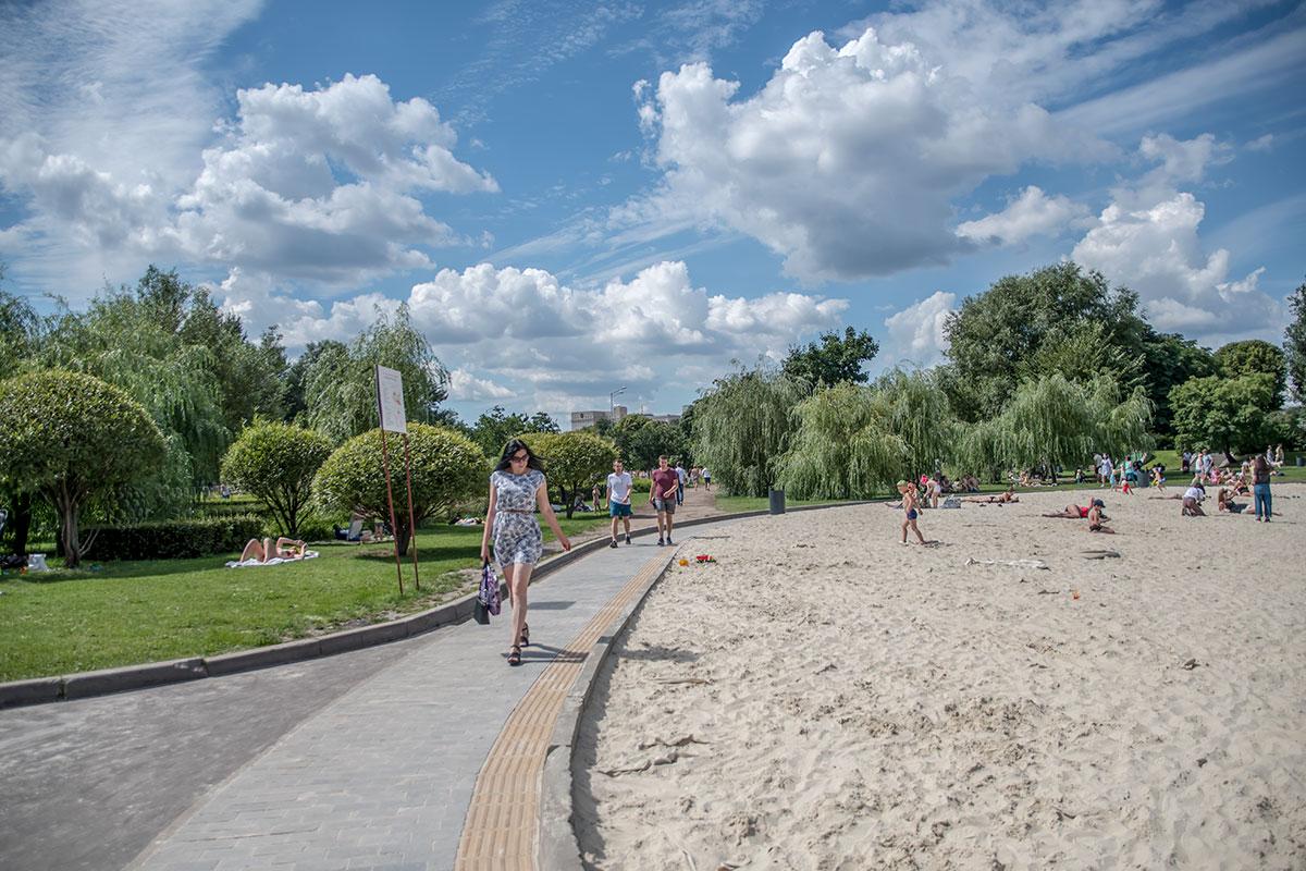 Популярность песчаного пляжа на Пионерском пруду Парка Горького значительно снижена отсутствием возможности смыть песок, купание запрещают.