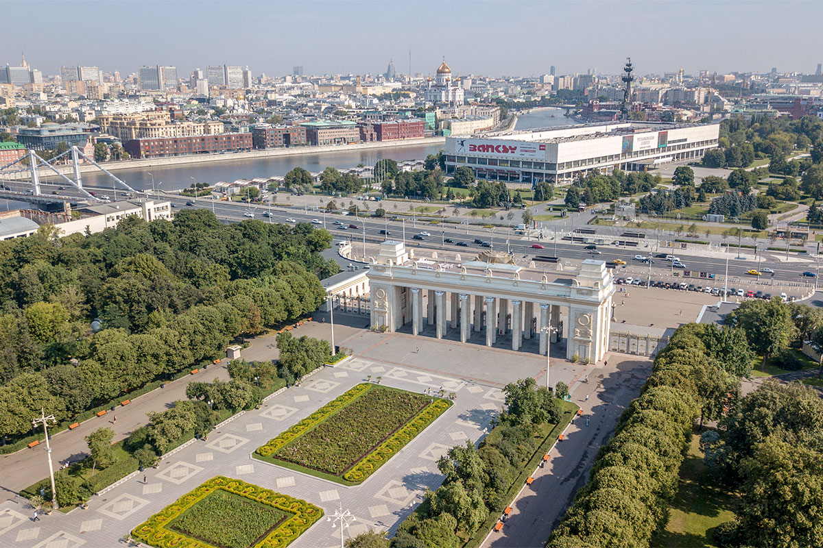 Помимо указанных на плакате Нескучного сада и Воробьевых гор в состав Парка Горького входит и выставка скульптур, и вся территория Музеона.