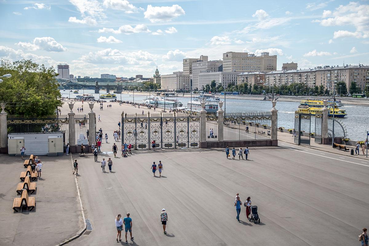 Заключительная фотография обзора Парка Горького кажется выполненной летающим помощником, на самом деле сделана с Крымского моста в Москве.