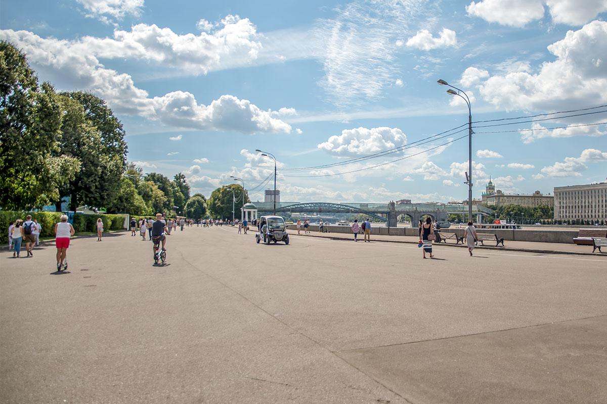 На широкой части набережной в Парке Горького 20 лет простоял космический челнок Буран, пока его не перевезли на возрождаемую ВДНХ.