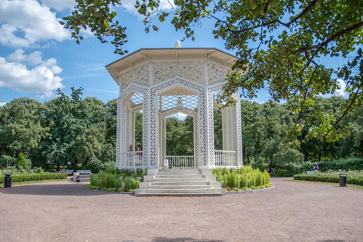 Ажурная, или Музыкальная беседка Парка Горького построена в 1950-х годах, отреставрирована, здесь снова стал звучать по вечерам белый рояль.