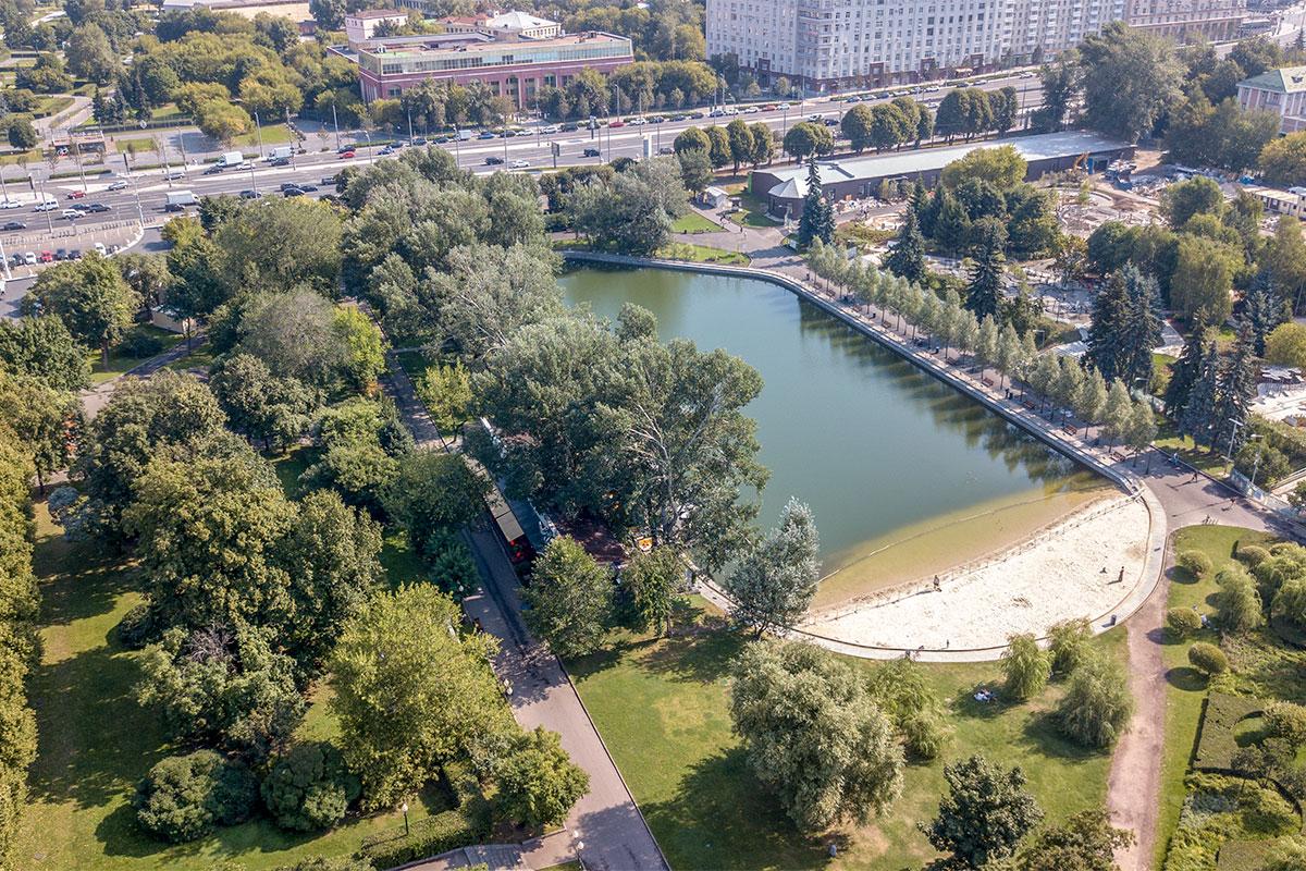 Ближайший к главному входу в Парк Горького небольшой Пионерский пруд имеет дореволюционное происхождение, облагорожен и привлекателен.