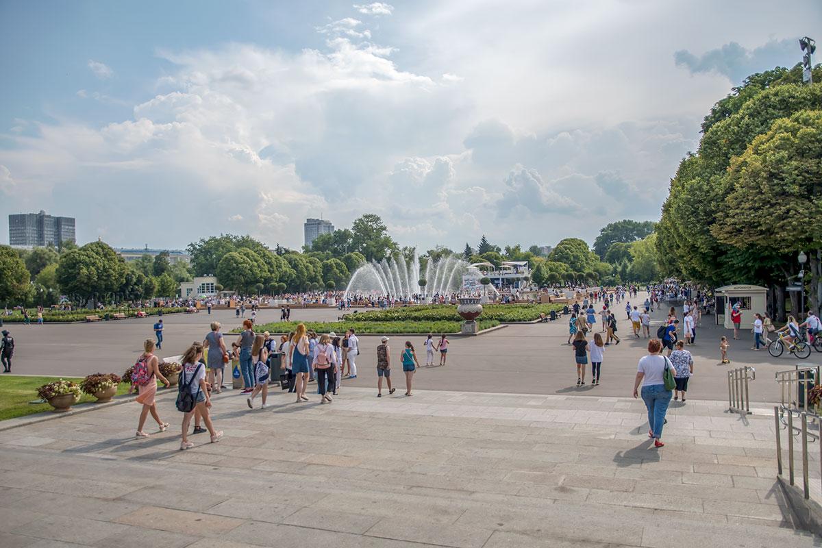 Даже грозовые тучи на потемневшем небе не разгоняют публику от фонтана Парка Горького, еще многолюднее здесь в День десантников.