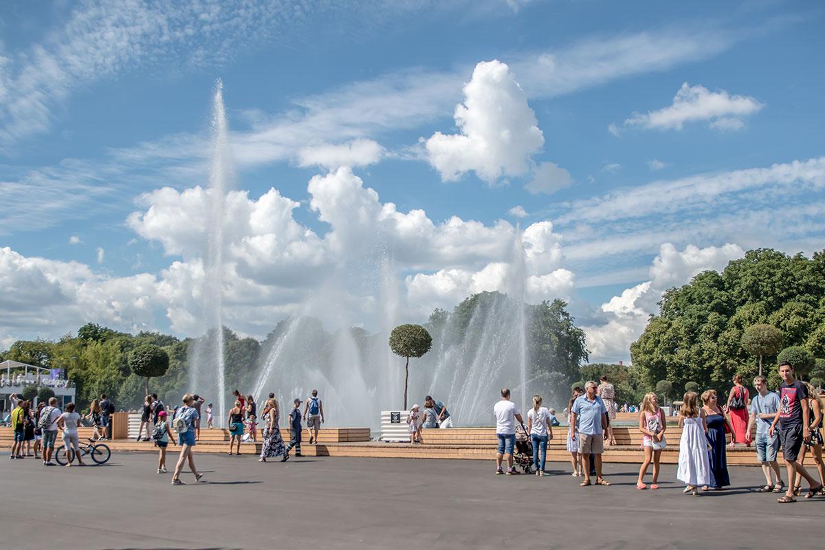 Фигурный фонтан в Парке Горького, живописный водяными струями, в сумерках дает цветомузыкальные представления еще большей привлекательности.