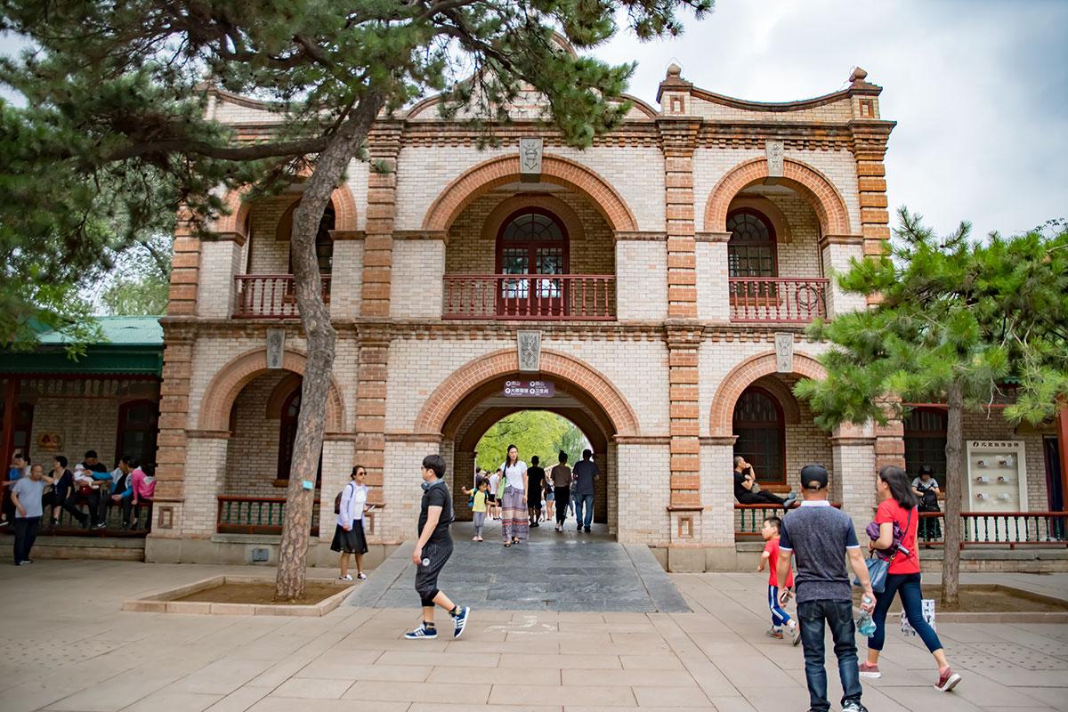Входные ворота в пекинский зоопарк вмещают администрацию учреждения, разместившуюся на втором ярусе примечательного здания.