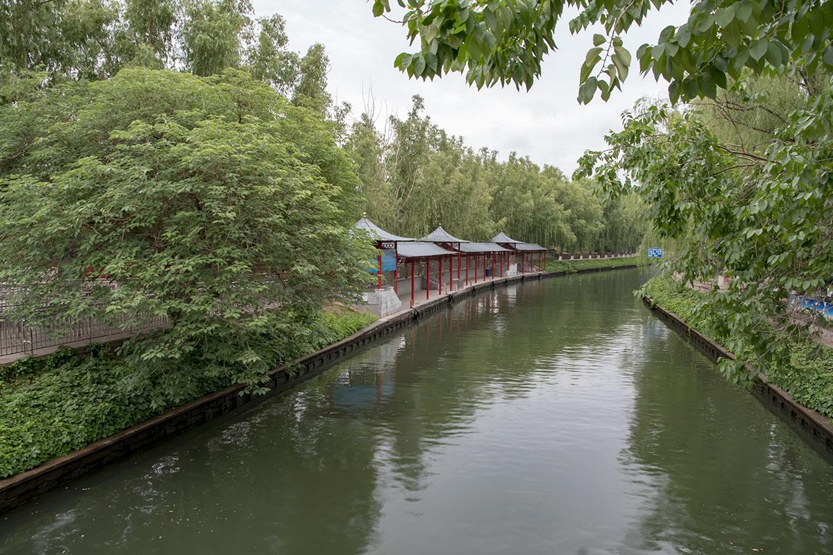 Пекинский зоопарк по берегам канала кажется от него слишком изолированным, не видно мест доступа к воде, имеющаяся беседка пустует.