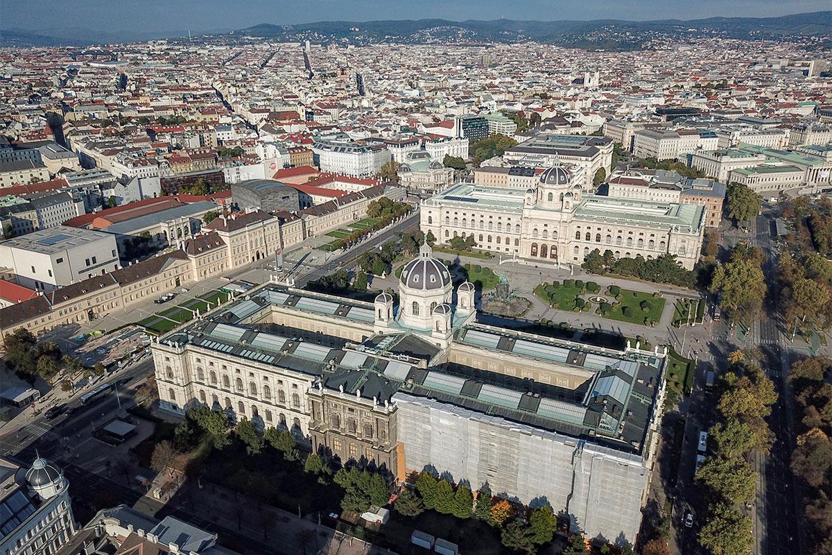 Мемориальная площадь Марии Терезии увековечила не только великую правительницу, это и памятник создавшему ее императору Францу Иосифу.