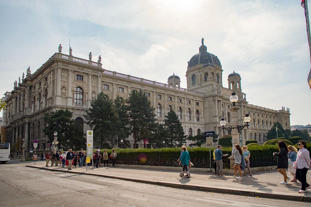 Южную сторону площади Марии Терезии ограничивает здание Музея истории искусств, являющееся полным повторением Музея естествознания, кроме статуй.