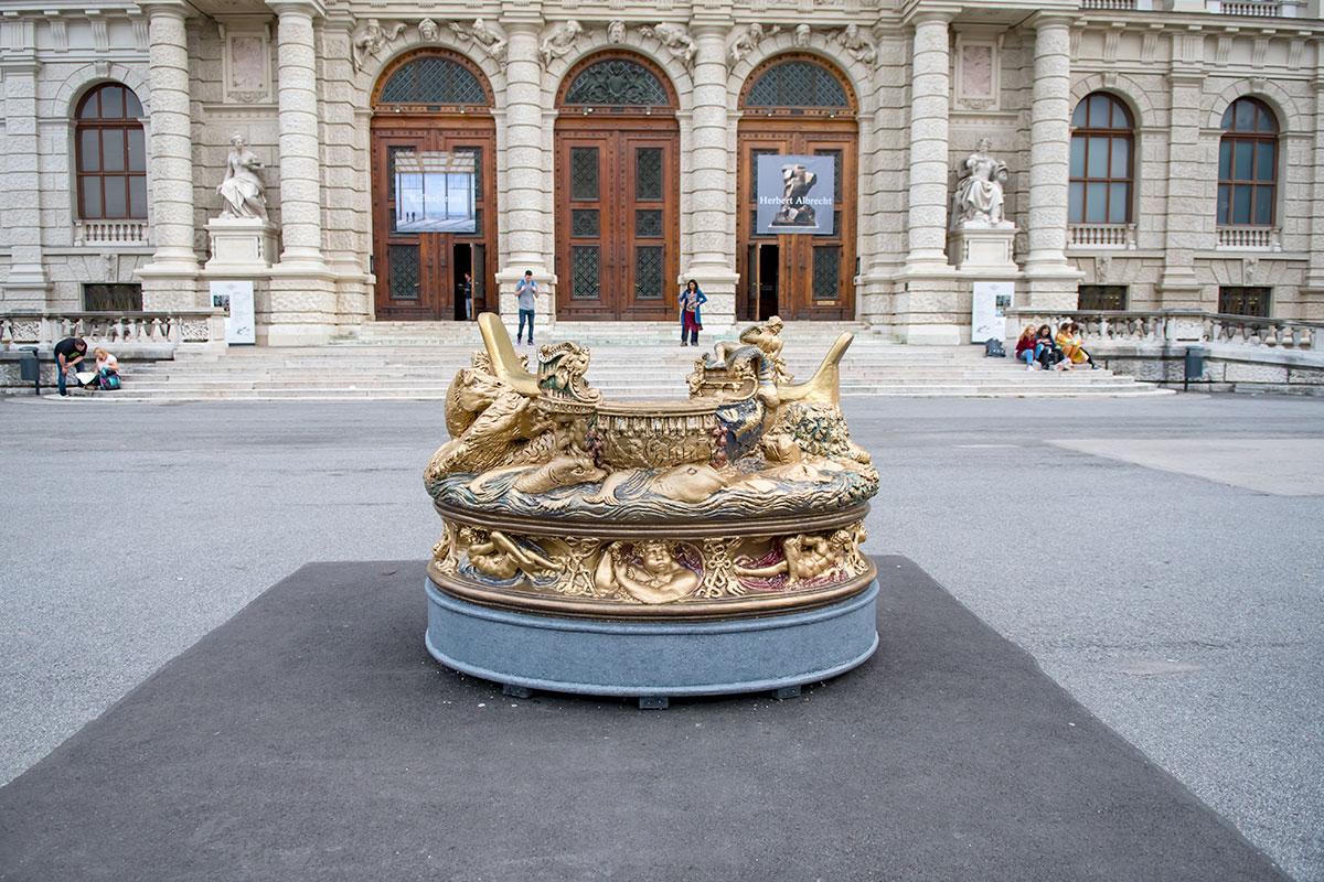 Дополнительным украшением площади Марии Терезии служит увеличенная копия ювелирного изделия, Солонки знаменитого Бенвенуто Челлини.