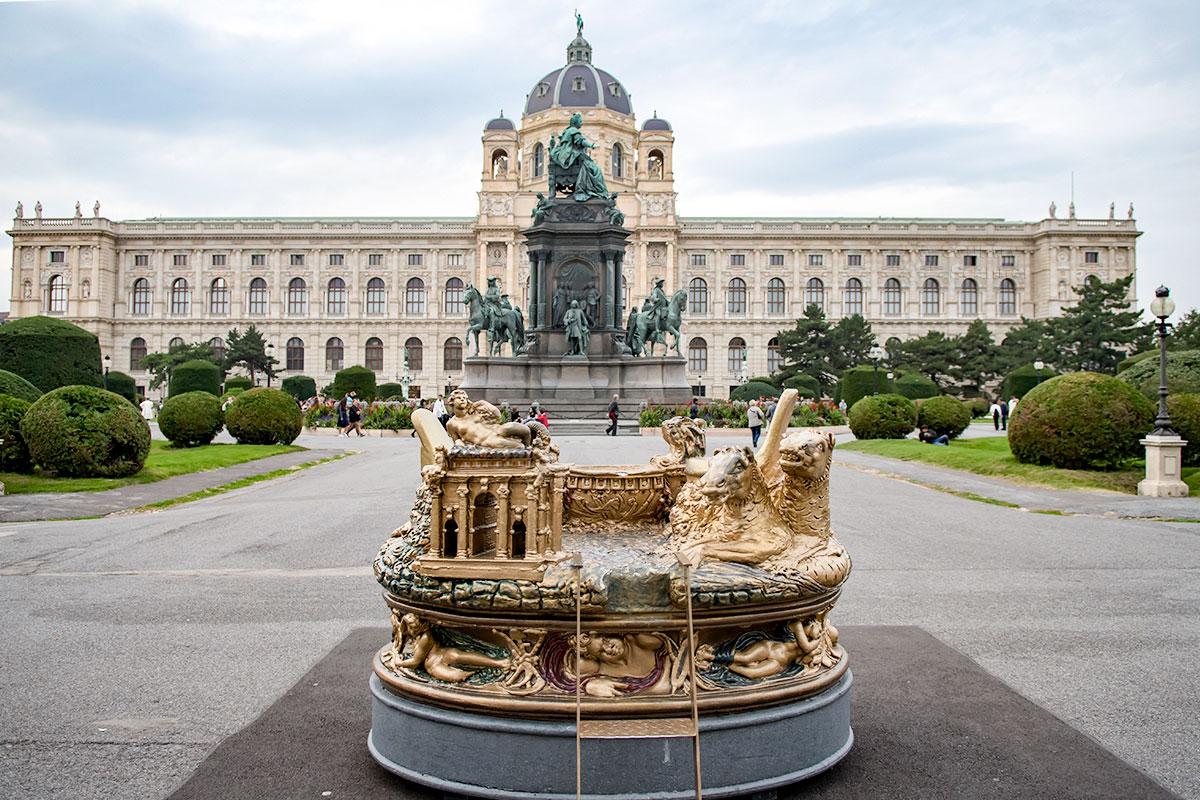 Выставленный на площади Марии Терезии увеличенный макет Солонки авторства Челлини выполнен без Нептуна и Цереры, места предоставляются для фотографирования.