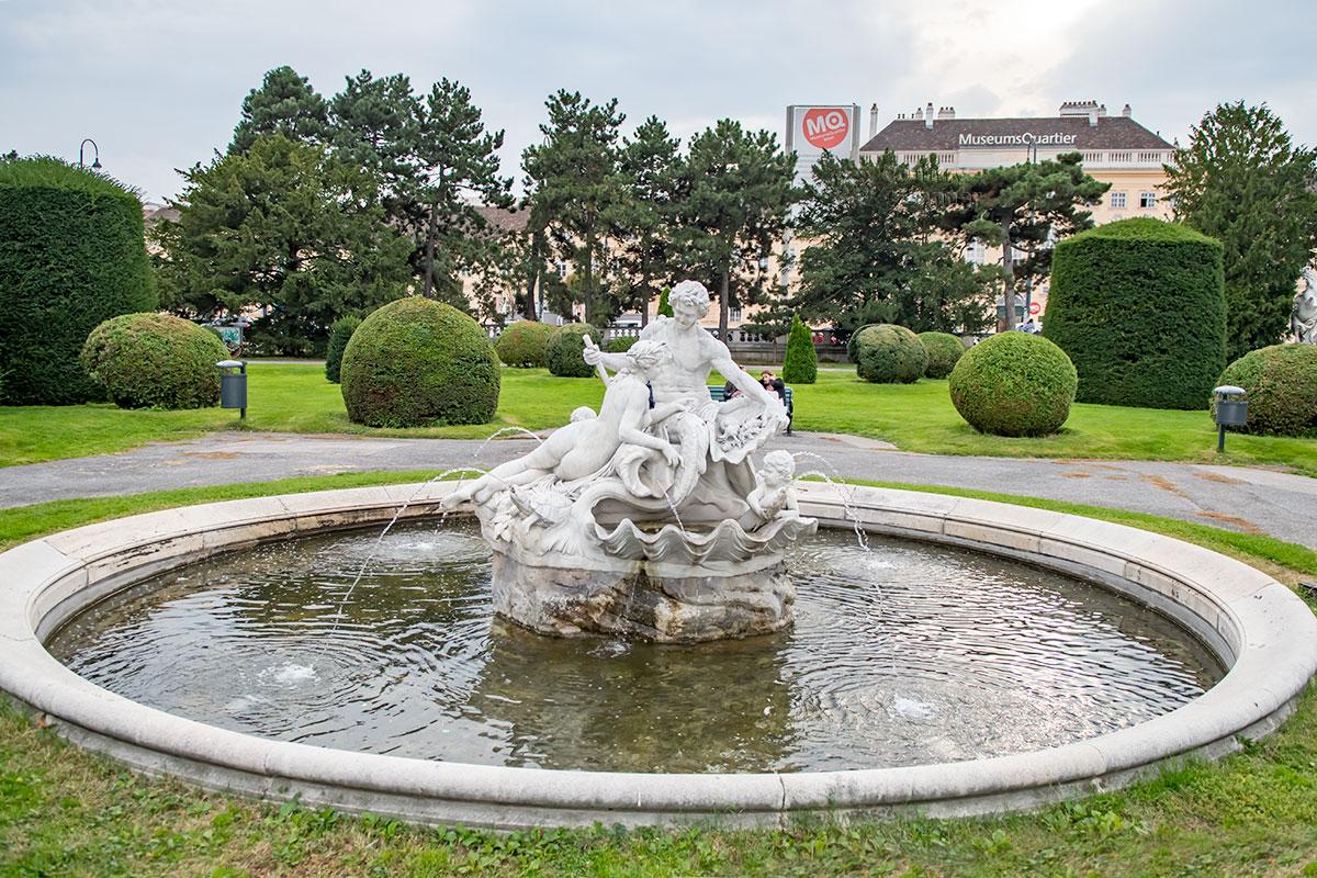 Фонтаны на площади Марии Терезии имеют одинаковые круглые бассейны, одинакова тематика скульптур, но сюжеты отличаются.