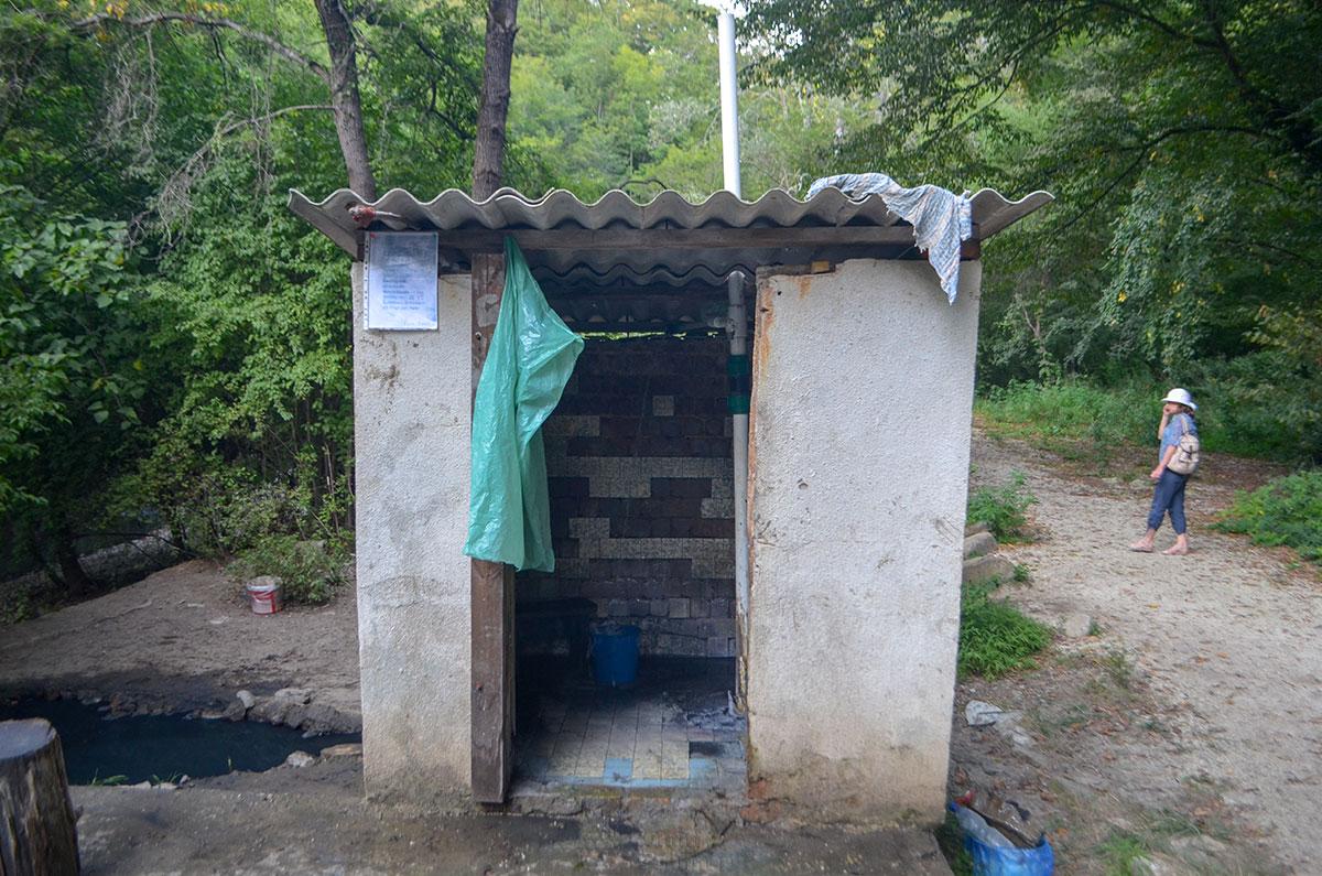 Неизвестные добровольцы (волонтеры – современнее) немного облагородили скважину наблюдения Агурских сероводородных источников, превратив в душевую.