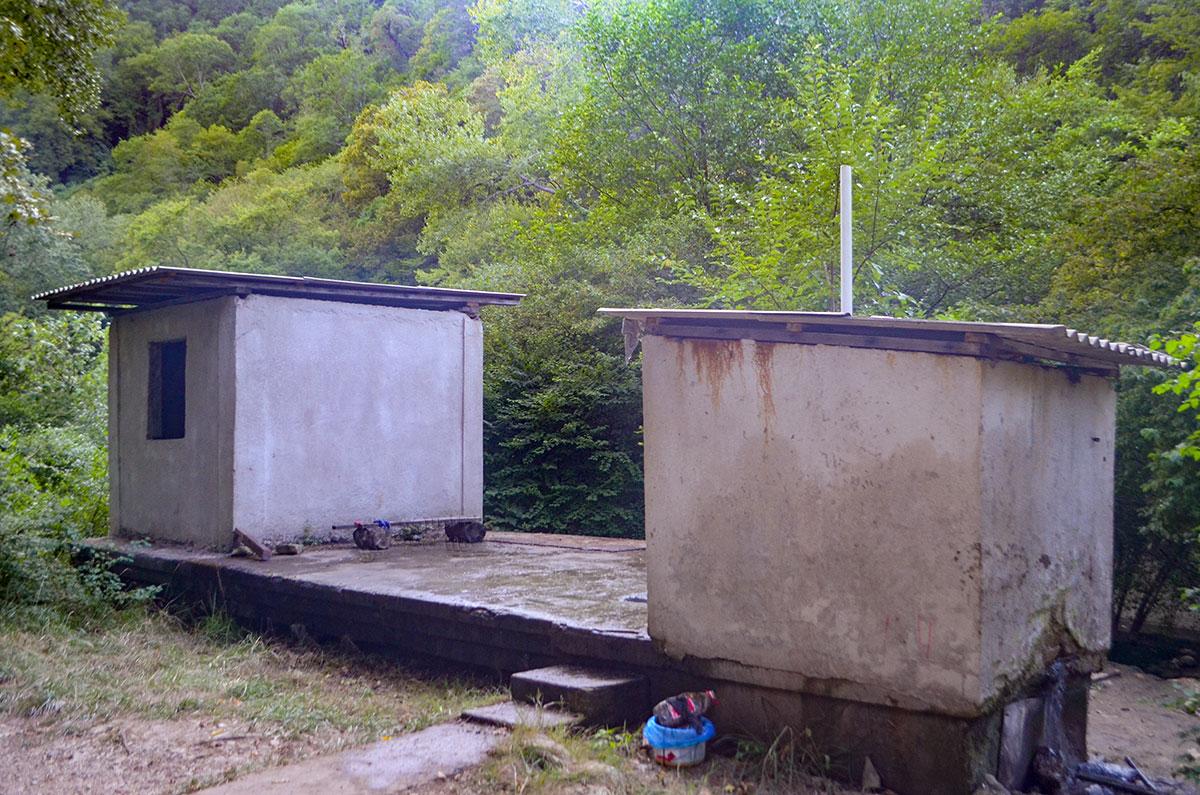 Оказавшаяся бывшей наблюдательной скважиной Агурских сероводородных источников платформа с двумя будками похожа на общественный туалет.