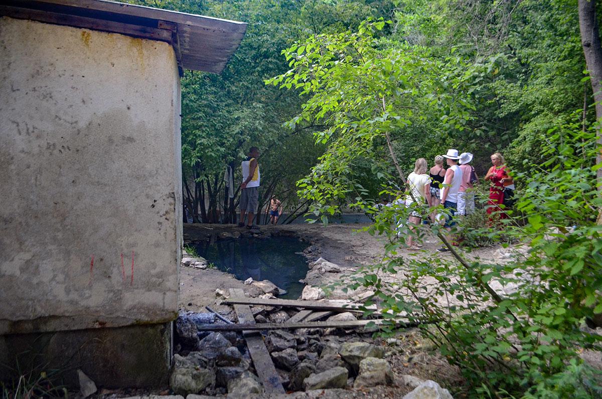 Именно в выемках возле платформы со скважиной находится целебная грязь Агурских сероводородных источников.