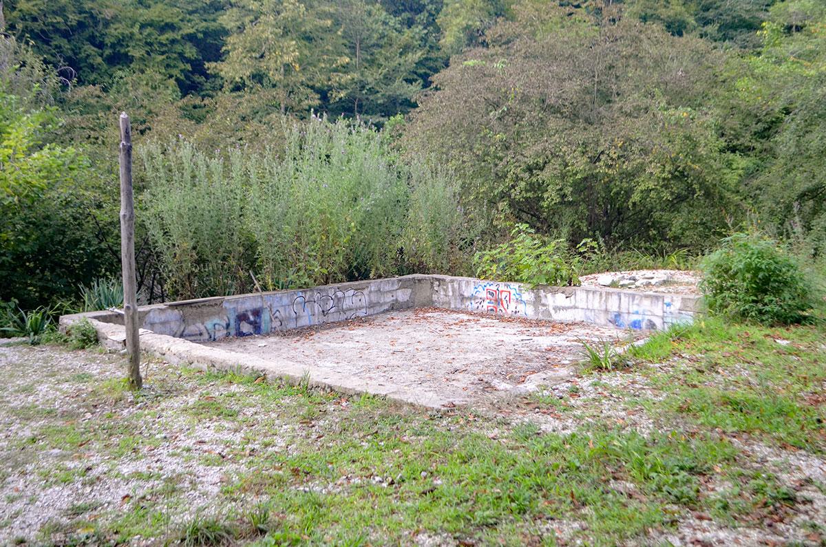 Один из объектов в окрестностях Агурских сероводородных источников очень похож на начатое садоводческое строительство.